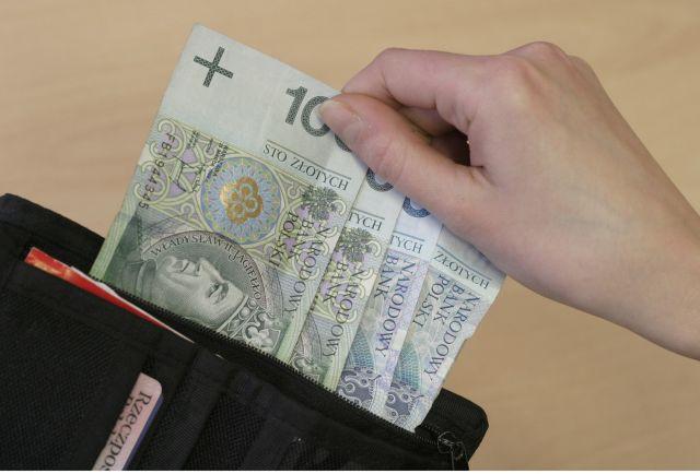Policjanci zatrzymali 69-letnia kobietę podejrzaną o kradzież pieniędzy