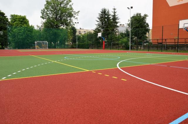 Czwórka ma nowe boisko sportowe